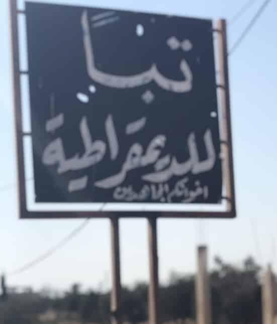 Idlib, tra colline gialle, fumo nero e poster di Putin