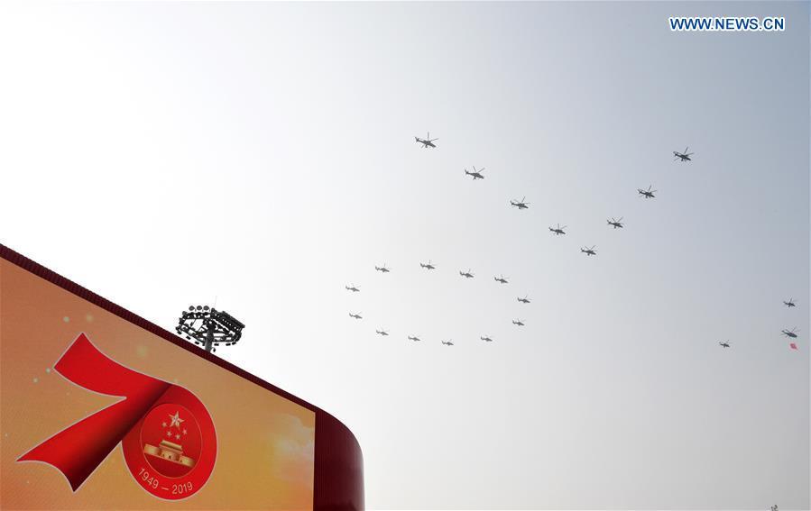 La Cina celebra i suoi traguardi, spari ad Hong Kong